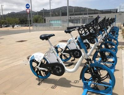 Bicicletes elèctriques, en el punt de recollida i entrega de l'estació de trens.