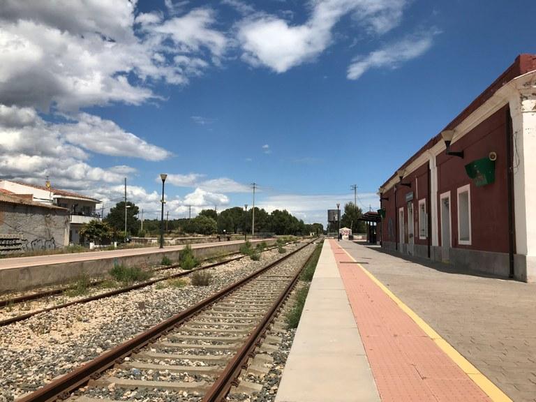 La via de tren i actualment en desús i l'antiga estaciós