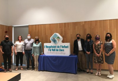 Els representants municipals i de l'empresa Simbòlic amb el nou logo de Turisme