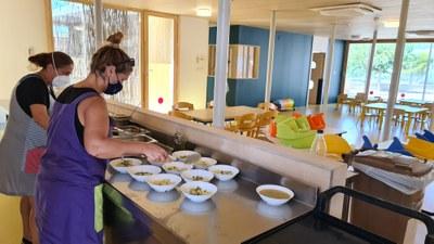 Personal de la llar utilitzant la cuina office