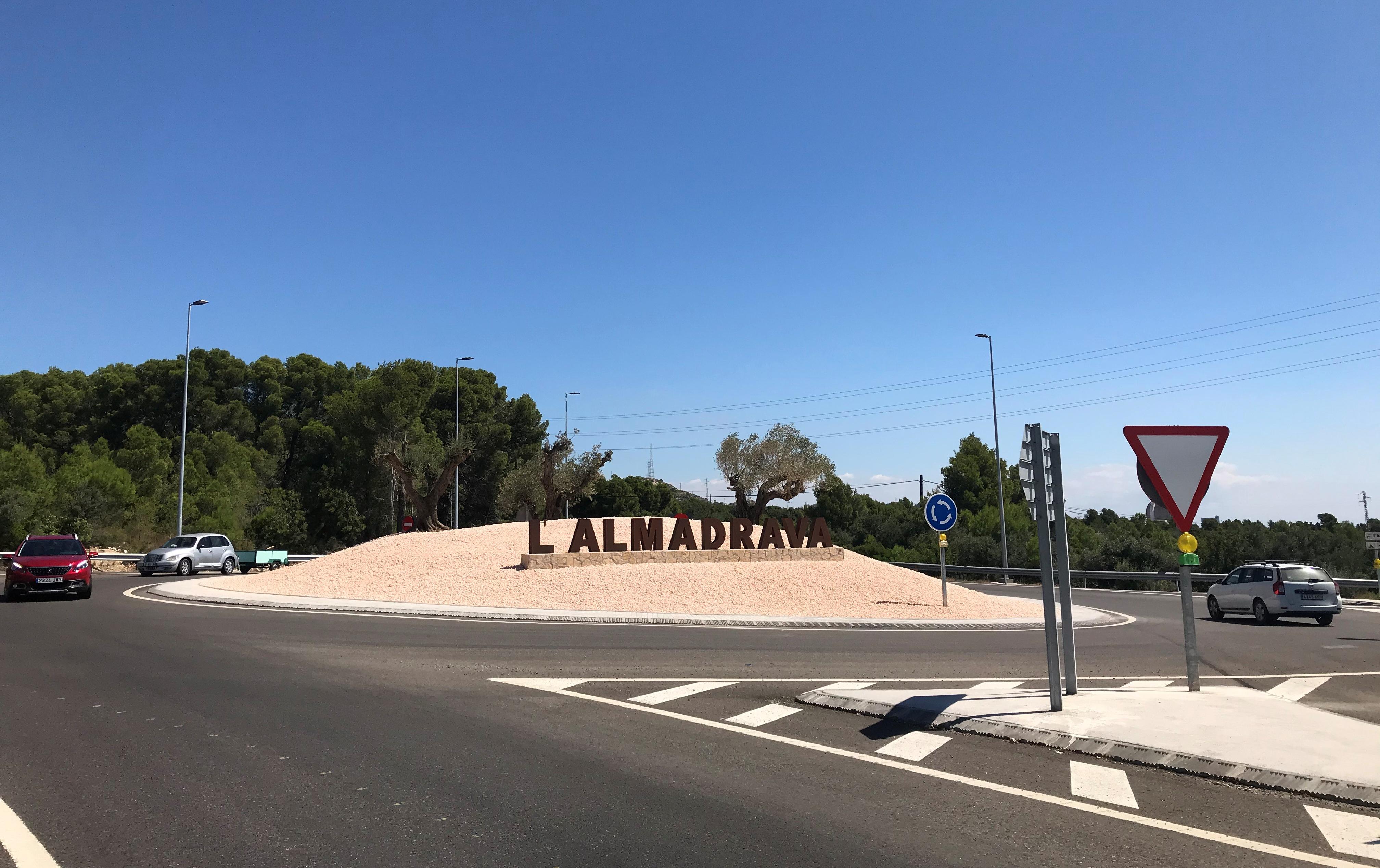 Imatge de la rotonda d'accés a l'Almadrava