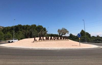 La rotonda d'accés a l'Almadrava amb les lletres del topònim