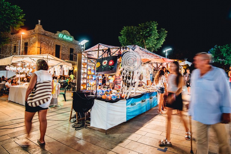 El Mercat d'artesania de l'Hospitalet de l'Infant se celebra a la Plaça de la Marina