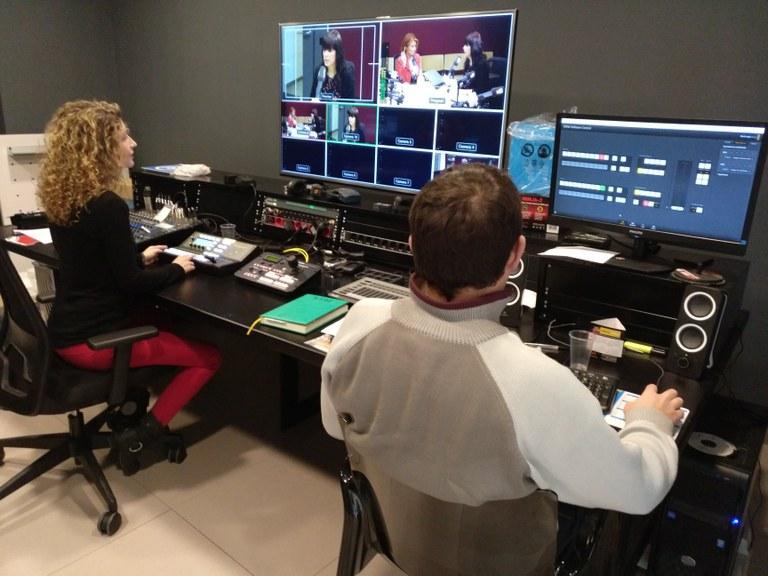Fotografia de l'equip de la TVV a la sala d'edició
