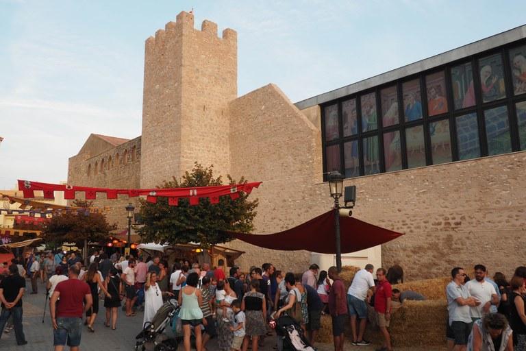 L'Hospital Coll de Balaguer com a fons de l'escenari del Mercat